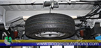 estrazione della ruota di scorta con verricello originale, spostata dalla parte posteriore per inserire la pedana per l'accesso del disabile in carrozzina.